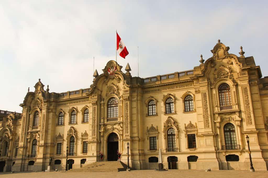 Perú aprueba régimen obligatorio de control de fusiones