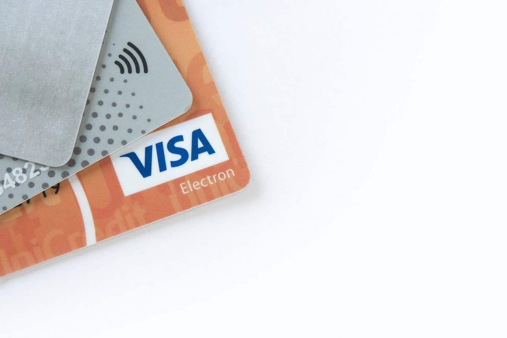 ¿Debiesen prohibirse los descuentos asociados al pago con tarjetas de retailers?